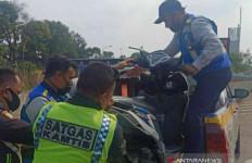 Motor Masuk Tol Jakarta-Cikampek, 3 Penumpang Jatuh Tersenggol Pajero - JPNN.com