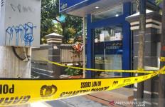Perampok Bersenpi Mengamuk di ATM, Mungkin karena Kecewa - JPNN.com