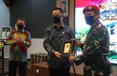 Mensos Juliari Serahkan Empat Unit Kendaraan Operasional ke Kopassus - JPNN.com