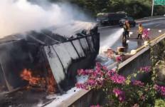 Tiba-tiba Truk Bahan Kimia Terguling di Tol Jagorawi, Bum! Terbakar - JPNN.com