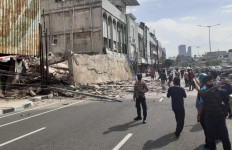 Bangunan Empat Lantai di Gambir Roboh, Hampir Menutupi Jalan - JPNN.com