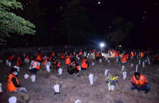 Melanggar, 54 Orang Dihukum Berdoa di Makam Korban Covid-19 Malam Hari - JPNN.com