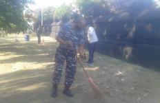 Cegah Covid-19, Prajurit Satfib Koarmada II Bersihkan Rumah Ibadah - JPNN.com