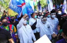 Cak Machfud Arifin-Mujiaman Daftar ke KPU di Hari Terakhir, Lihat Kemeriahannya - JPNN.com
