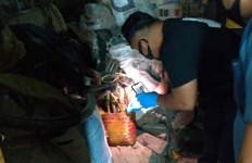 MA Kubur Mayat Istri di Bawah Tempat Tidur, Kaki Kanan Menyembul, Hiii - JPNN.com