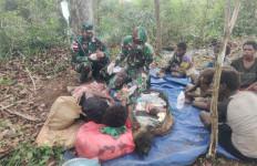 Peduli Sesama, Personel Satgas Yonif 125 Membantu Proses Persalinan Warga Papua - JPNN.com