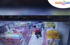 Orang Berhelm Berpura-pura Belanja di Alfamart, Ternyata Penjahat - JPNN.com