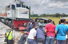 Mobil Xenia Remuk Dihantam KA, Terseret Sejauh 200 Meter, Dua Orang Tewas - JPNN.com