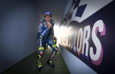 Lihat Detik-Detik Joan Mir Mempermalukan Valentino Rossi - JPNN.com
