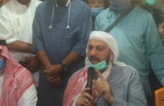 Usai Ditusuk, Syekh Ali Jaber Ternyata Sempat Melindungi Pelaku Agar Tidak Diamuk Massa - JPNN.com