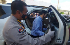 Pasutri Pengendara Mobil Mewah Ini Mencurigakan, Lantas Dicegat Polisi, Ketika Diperiksa Ternyata - JPNN.com