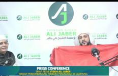 Sudah Ditusuk, Syekh Ali Jaber Berikan Hadiah Terbaik untuk Alfin Andrian - JPNN.com