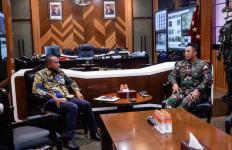 Monitor Insiden Penembakan di Intan Jaya, Yan Mandenas Hubungi KSAD Jenderal Andika - JPNN.com
