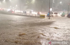 Jakarta Diguyur Hujan Lebat, Ini Daftar Jalan-Jalan yang Terendam Banjir - JPNN.com