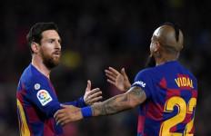 Begini Salam Perpisahan Messi Buat Vidal - JPNN.com