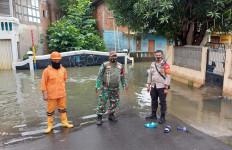 Banjir di Jatinegara Mulai Surut, Warga Bersih-bersih Rumah - JPNN.com
