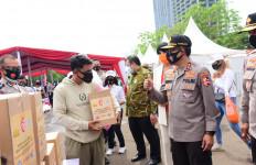 Hari Lalu Lintas Diperingati Secara Sederhana, Korlantas Bagikan Sembako ke Pengayuh Becak - JPNN.com