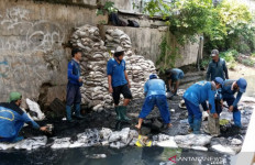 Jakarta Banjir Lagi, 985 Anak Buah Anies Baswedan Bersihkan Saluran Air - JPNN.com