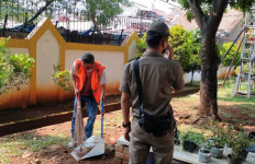 Tujuh Orang Pelanggar PSBB di Duren Sawit Dihukum Bersihkan Lingkungan - JPNN.com