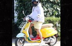 Lihat Nih Gaya Justin Bieber Naik Vespa Primavera Sean Wotherspoon, Keren Enggak? - JPNN.com