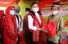 Gandeng Yayasan, Penasihat DWP Kemensos Salurkan Sembako di Ogan Ilir - JPNN.com