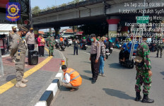 Pelanggar Protokol Kesehatan di Kampung Melayu Dihukum Mengecat Trotoar, Lihat Fotonya! - JPNN.com