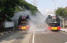 Putus Penyebaran COVID-19, Brimob PMJ Habiskan 6.000 Liter Disinfektan untuk Semprot Jalan - JPNN.com