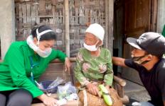 Mengharukan, Istri Jenderal Andika Menyelamatkan Dua Nenek Telantar ini - JPNN.com