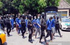 Polisi Bersenjata Mengawal 12 Pelaku Intoleran, Nih Tampangnya - JPNN.com