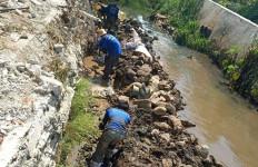 Jelang Musim Hujan, Pemkot Jaktim Perbaiki Turap Kali Cipinang yang Longsor - JPNN.com