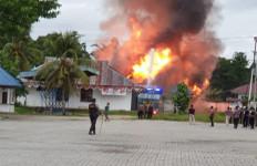 Pengumuman CPNS Ricuh, Massa Rusak Kantor Bupati, Gedung Disnaker dan PMK Dibakar - JPNN.com