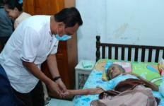 Kunjungi Nenek Azizah, Ma'mun Menjanjikan Program Layanan Kesehatan yang Lebih Baik - JPNN.com