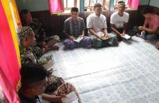 Jalin Silaturahmi, Anggota TMMD Reguler 109 Sintang Berdoa Bersama Masyarakat - JPNN.com