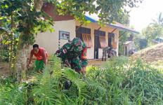 Personel TMMD Kodim 1711 Bersihkan Sekolah PAUD di Kampung Kakuna - JPNN.com
