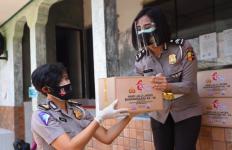 Polwan Korlantas Polri Bergerak untuk Bantu Warga Bantaran Kali Krukut - JPNN.com