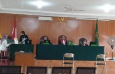 Terdakwa Asyik Ngopi saat Sidang, Hakim Abu Hanifah pun Berang - JPNN.com
