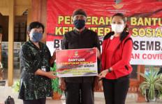 Penasihat DWP Kemensos Salurkan 400 Paket Sembako untuk Sedulur Sikep di Blora - JPNN.com