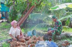 Membanggakan! Aksi Gunawan Personel Satgas TMMD di Pulau Hanaut Patut Dicontoh - JPNN.com