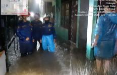 Hujan Deras, Banjir Rendam Sejumlah Wilayah di Jakarta Timur - JPNN.com
