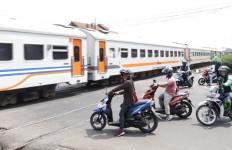 Kedisiplinan Masyarakat di Perlintasan Sebidang Kereta Api Masih Rendah, nih Buktinya - JPNN.com