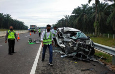 Avanza Tabrak Belakang Trailer di Tol Pekanbaru-Dumai, Lihat Kondisi Mobilnya - JPNN.com