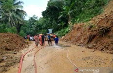 Longsor di Tasikmalaya: Abdul Rohman Meninggal, Rumah Hancur, Akses Jalan Terputus - JPNN.com