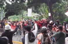 Kerusuhan Pecah Usai Demo Tolak UU Cipta Kerja, Batu Dibalas Gas Air Mata - JPNN.com