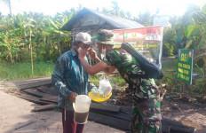 Cegah Penularan Covid-19, Satgas TMMD Bagikan Masker Kepada Masyarakat di Pulau Hanaut - JPNN.com