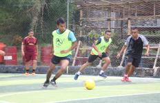 Jalin Sinergisitas, KRI Bima Suci Olahraga Bersama Yonmarhanlan II - JPNN.com
