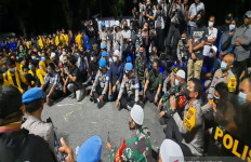 Kapolda Nico Afinta Duduk di Jalan hingga Tengah Malam, Demonstran pun Bubar, Tertib! - JPNN.com
