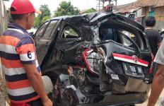 Mobil Hancur Ditabrak Kereta, Pengemudi Hanya Luka Ringan, Mukjizat - JPNN.com