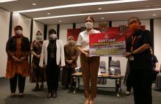 Kemensos Serahkan 1.536 Paket Sembako untuk Karyawan Hotel di Jakarta - JPNN.com