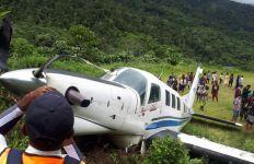 Pesawat Tariku Tergelincir saat Mendarat di Bandara Udara Bayabiru, Penerbangan Sempat Terganggu - JPNN.com
