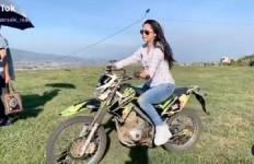 Kece, Begini Gaya Dewi Perssik Saat Tunggangi Motor Trail - JPNN.com